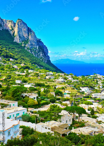 Cuadros en Lienzo Overlooking the beautiful coastline of the island from city center of Capri in Italy in summer