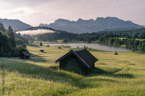Foto op Aluminium Alpen Typische Alpenlandschaft mit See