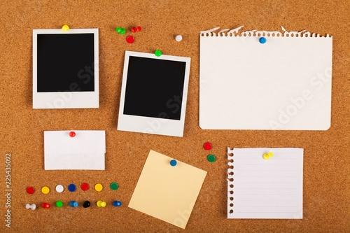 Blank Notes, Photos And Pins On Pinboard Close-up Tapéta, Fotótapéta