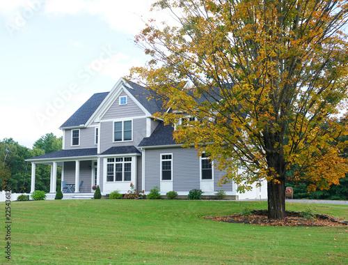 Plakat krajobraz luksusowy dom z jesienią żółte drzewa