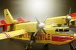 Schaalmodel blus vliegtuig toestel geel en rood in verschillende perspevctieven en lichtinval