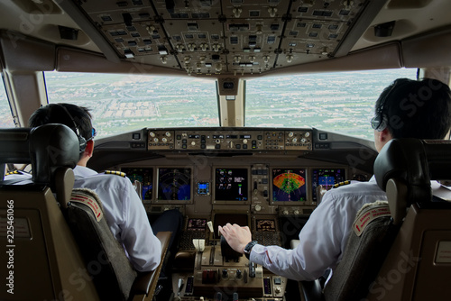 Two airliner pilots are controlling the airplane towards the runway Tapéta, Fotótapéta