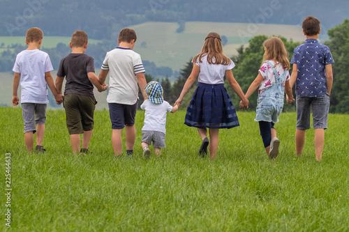 kinder in der Natur Fototapeta