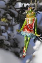 Weihnachtsdeko, Frosch-Mädchen Verliebt, Hängend Vom Weihnachtsbaum Im Garten