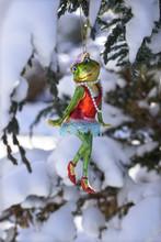 Weihnachts Frosch-Dame, Retro-Frosch-Lady,  Hängend Vom Weihnachtsbaum Im Garten