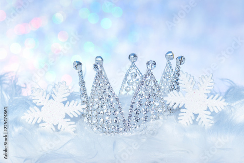 Winterlicher Hintergrund mit Krone und Schneekristallen Weihnachtsdekoration Canvas-taulu