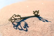 Ein Schlüssel Im Sand Symbol Für Lösung Idee Finden