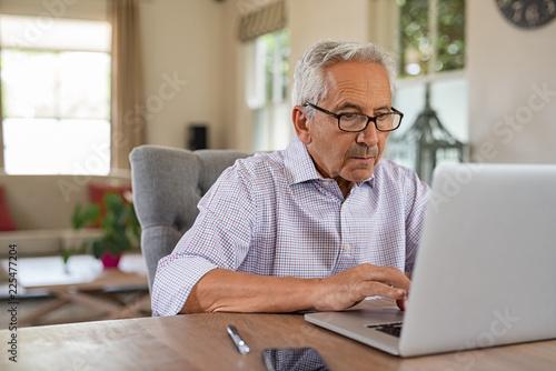 Fototapeta Senior man using laptop obraz