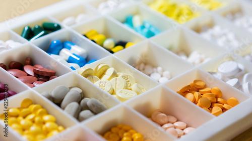 Carta da parati  medicine in the separation box.top view