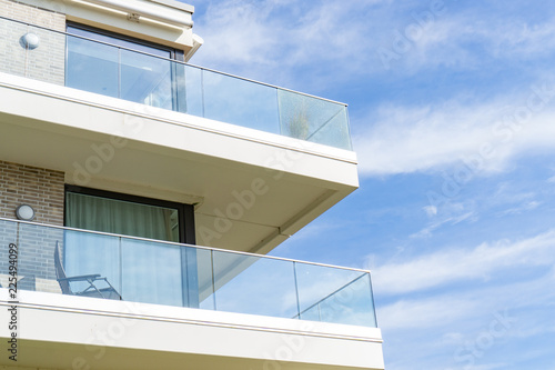 Photo View of a house with balcony on a sunny day
