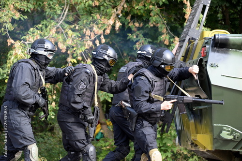 Fotografía  National Guard Special Forces soldiers conduct an operation under the cover of a