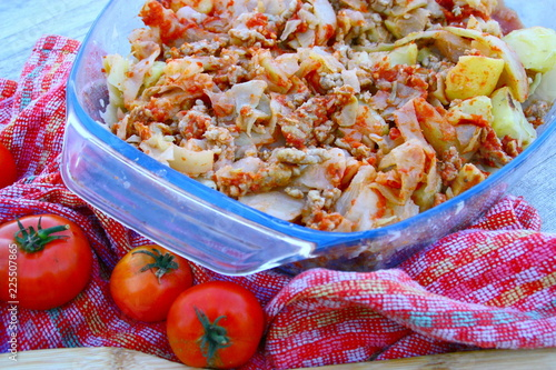 Tuinposter Klaar gerecht plat de choux cuit,et chair à saucusse aux tomates
