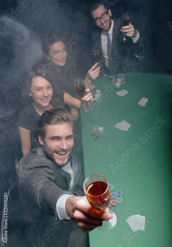Fotografía  group of friends,spend a free evening in the casino