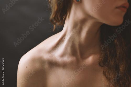 Foto  Girl's neck wtih dramatic light.