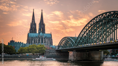 Cuadros en Lienzo Cologne Cathedral and Hohenzollern Bridge, Cologne, Germany