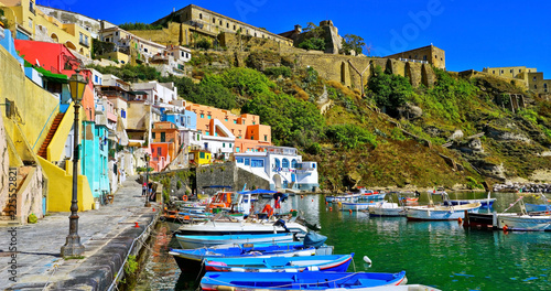 Fotografía  View of the colorful houses at the Port of Corricella in Procida Island, Italy