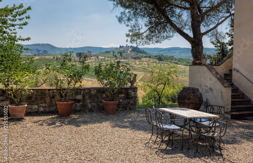 Foto  View from a winery terrace looking across the vineyards in the Chianti region of