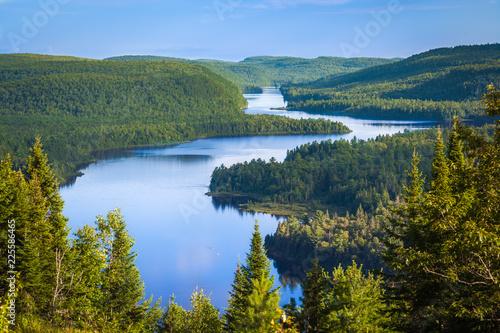 Fototapeta premium Piękne jezioro Wapizagonke o zachodzie słońca oglądane z punktu widokowego Le Passage, Park Narodowy La Mauricie, Quebec, Kanada