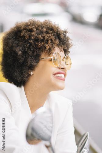Fotografía  Pretty woman with sunglasses looking at camera.