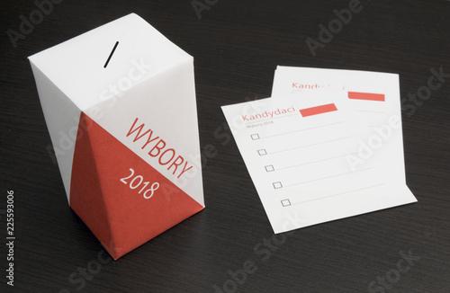 Photo Wybory Samorządowe w Polsce. Urna wraz z kartami do głosowania.