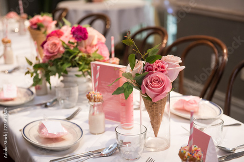 Photo Pink flower design on the served restaurant table for Sunday girly brunch party