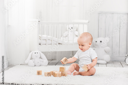 Obraz A happy baby is playing - fototapety do salonu