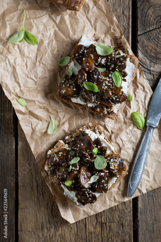 Sandwich with whole grain bread, cream cheese and mushrooms
