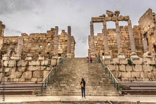 Fotografia Tourists visiting the Rome ruins of Balbek in the interior of Lebanon, a Unesco Heritate Site