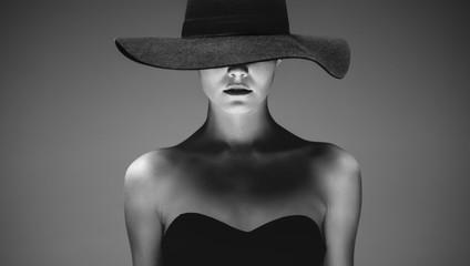 Piękna elegancka kobieta w kapeluszu