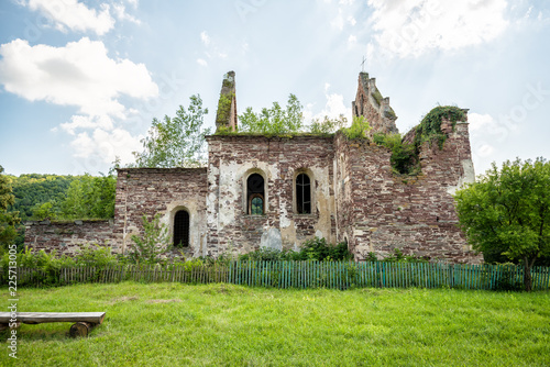 In de dag Oude gebouw The ruins of an ancient church in Chervone. Ukraine