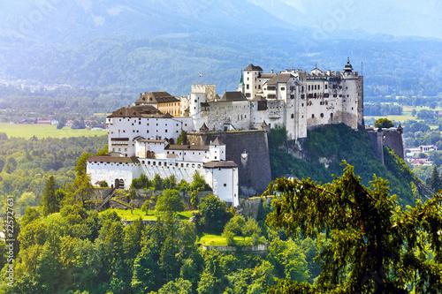 Fototapeta premium Twierdza Salzburg w Austrii średniowieczny zamek na klifie