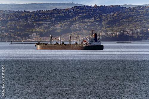 Fotografía  Nave mercantile di trasporto di grano, farine e sfusi in arrivo al porto, con co