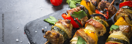 Photo sur Toile Grill, Barbecue Grilled shish kebab with vegetables on black.