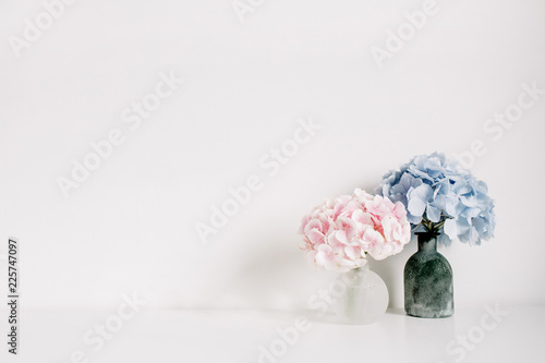 Fotografía Pink and blue pastel hydrangea flower bouquets on white background