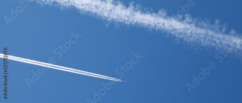 Fototapeta  Trainées d'avions dans le ciel