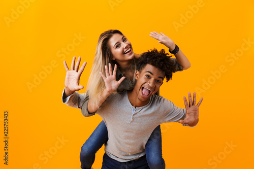 Photo  Surprised young cute loving couple posing isolated over yellow background