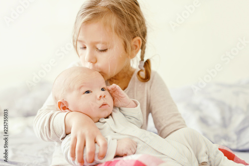 Carta da parati sister and her newborn brother at the home