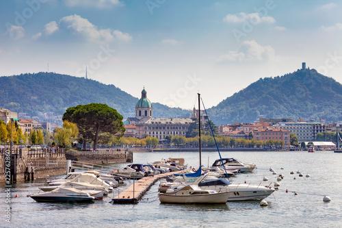 Cuadros en Lienzo Pier with moored boats in Como