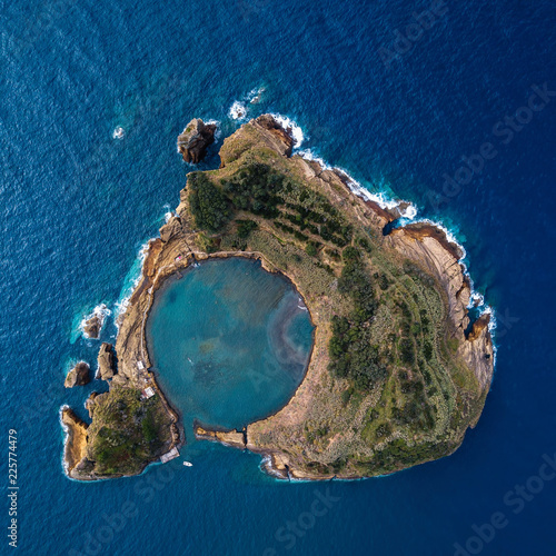 Vue aerienne Top view of Islet of Vila Franca do Campo is formed by the crater of an old underwater volcano near San Miguel island, Azores archipelago, Portugal.