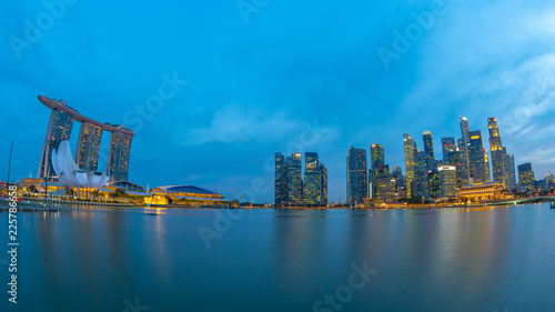 Photo  Panorama view of Marina Bay with Singapore skyline at night