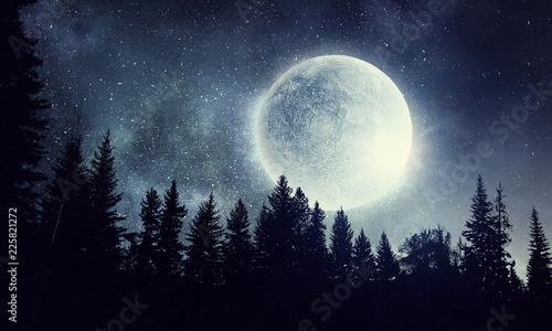 Księżyc w pełni na niebie