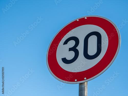 Fotografía  30 Tempolimit Verkehrsschild