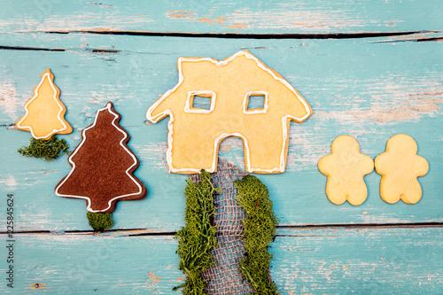 Kekse in Form von Menschen, Haus und Garten, Konzept Planung Hausbau von Paar