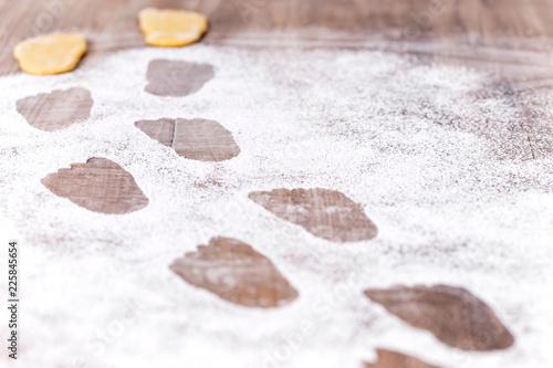 Fußspuren im Puderzucker, Füße aus Plätzchen oder Kekse, Spuren beim Backen