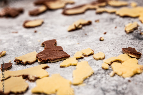Teigreste zweifarbig auf Tisch, Plätzchen und Kekse backen