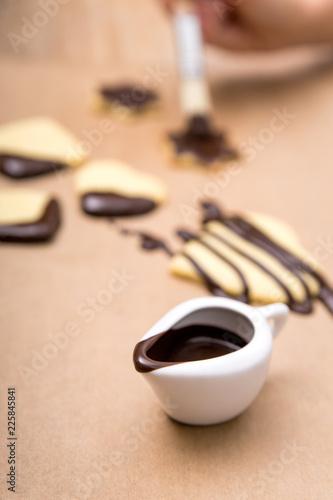 Heiße Schokolade und Kekse oder Plätzchen auf einem Backpapier, Weihnachtsbäckerei