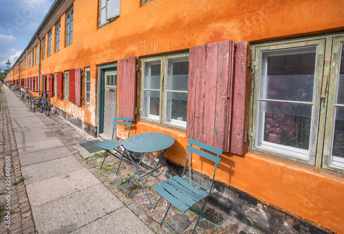 Photo  Lounge area near colorful historical house in traditional style in Copenhagen, Denmark