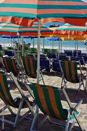 Parasole i leżaki na plaży Grotticelle, Kalabria, Włochy