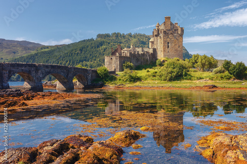 Foto op Plexiglas Kasteel Eilean Donan Castle, at the entrance of Loch Duich, at Kyle of Lochalsh in the western Highlands of Scotland, one of the most evocative