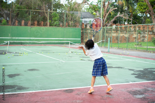 Photo  Back portrait of Asian girl playing tennis at old outdoor tennis court